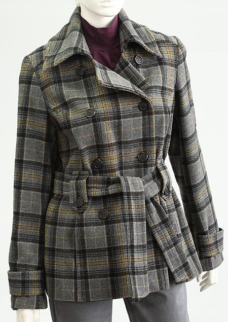 dámský dvouřadový plášť,zapínaný na knoflíky, spodní kapsy v členících švech,v pase poutka a pásek se sponou,přední a zadní díly členěné,se sedlem. D73152